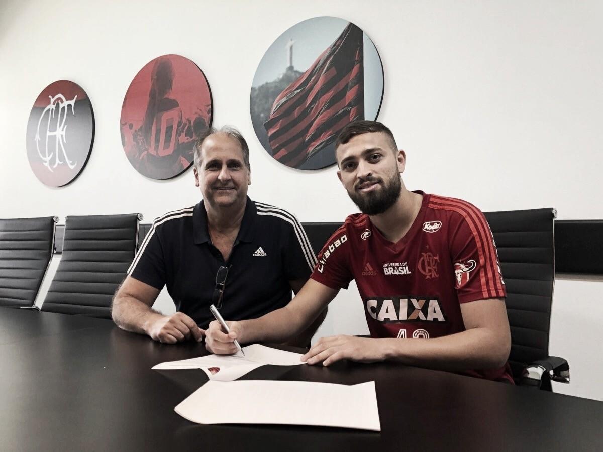 Flamengo acerta renovação de contrato do zagueiro Léo Duarte