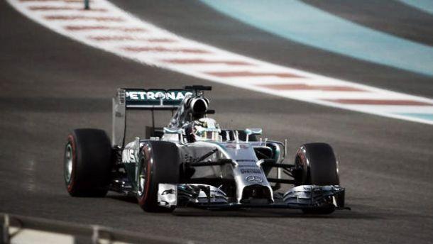 Lewis Hamilton continúa superando a Nico Rosberg en los Libres 2