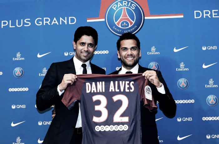 Daniel Alves assina contrato de 2 anos com Paris Saint-Germain