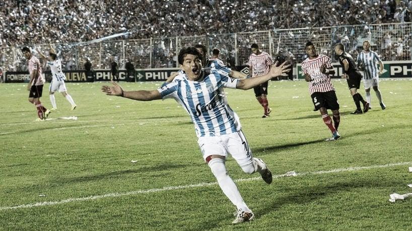 """La """"Pulga"""" Rodríguez festejando el primer gol del 5-0 frente a Los Andes. 08/11/15<br>Foto: El tucumano"""