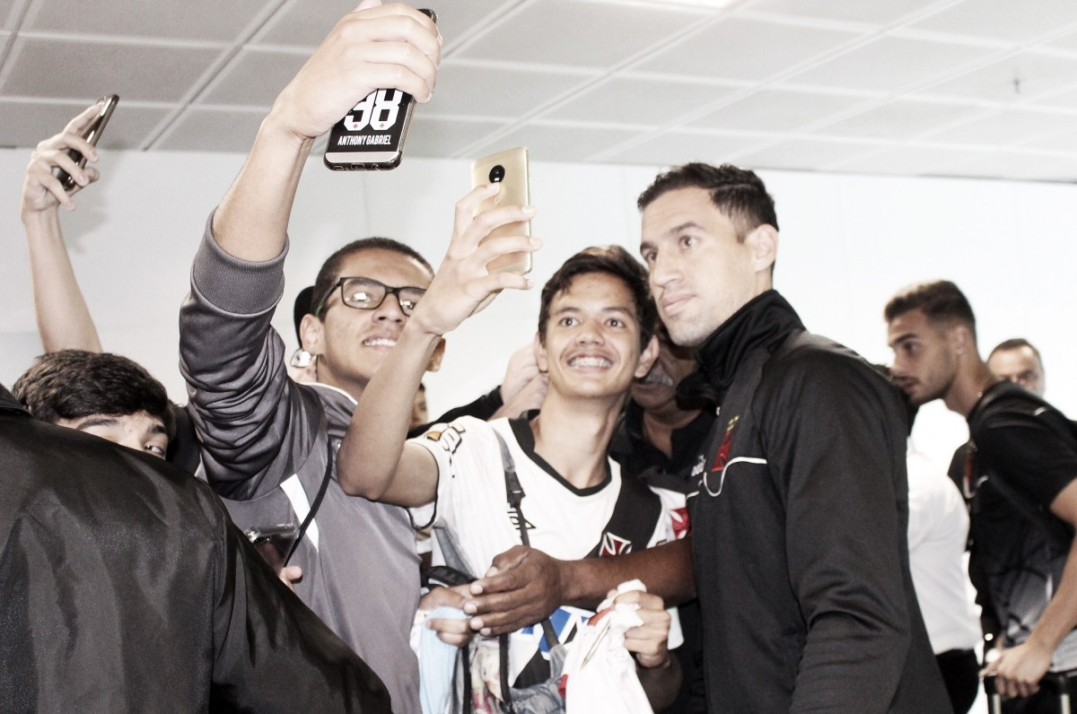 Entre reforços e desfalques, Vasco chega a Brasília para duelo contra Corinthians