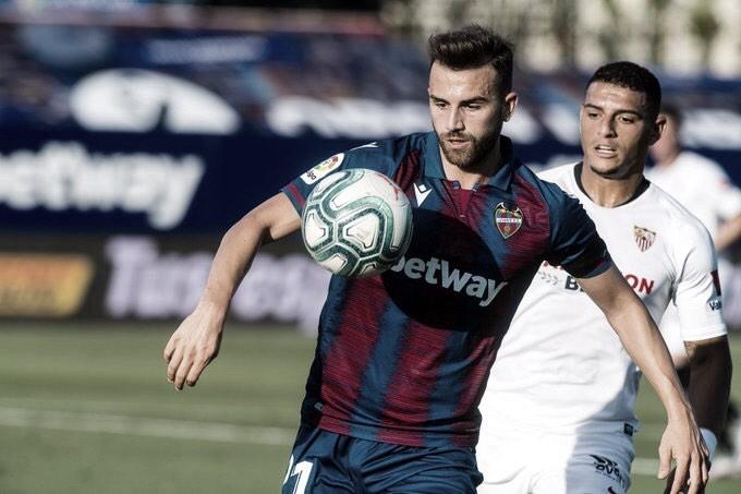 Com gol contra de Diego Carlos, Sevilla leva empate do Levante no fim