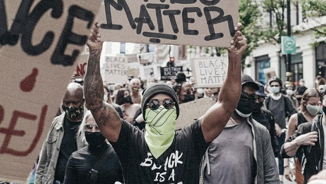 Lewis Hamilton vai às ruas e participa do protesto Black Lives Matter em Londres