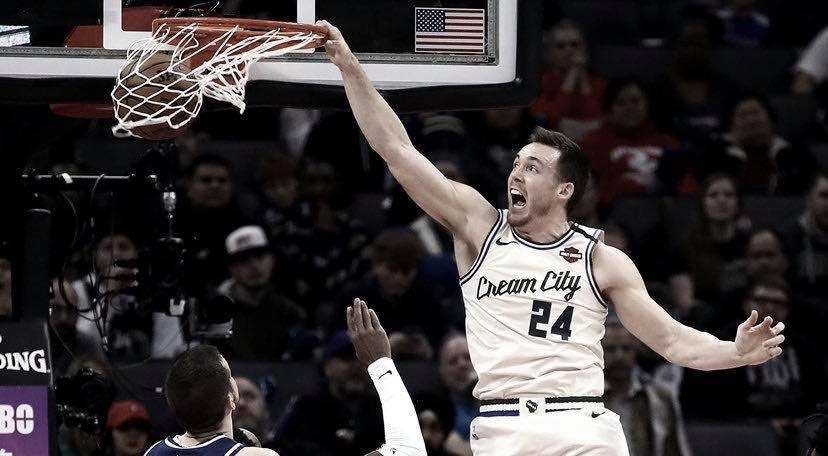 Connaughton joins the dunk contest