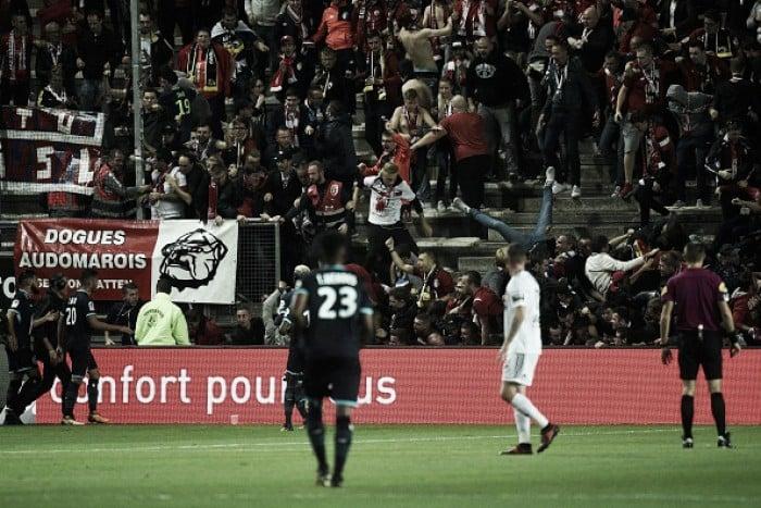 Barreira cede em comemoração e fere 27 torcedores — Susto na França