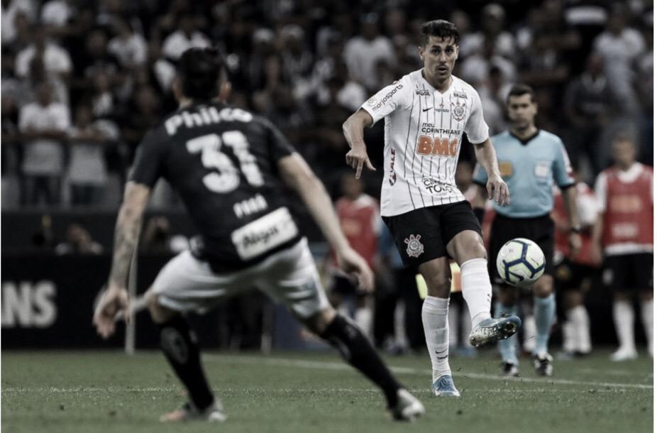 Mudança de esquema e postura fazem Avelar crescer no Corinthians