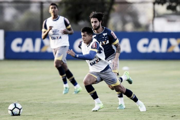 Improvisado na lateral direita, Lucas Romero agradece a Mano pela sequência no time