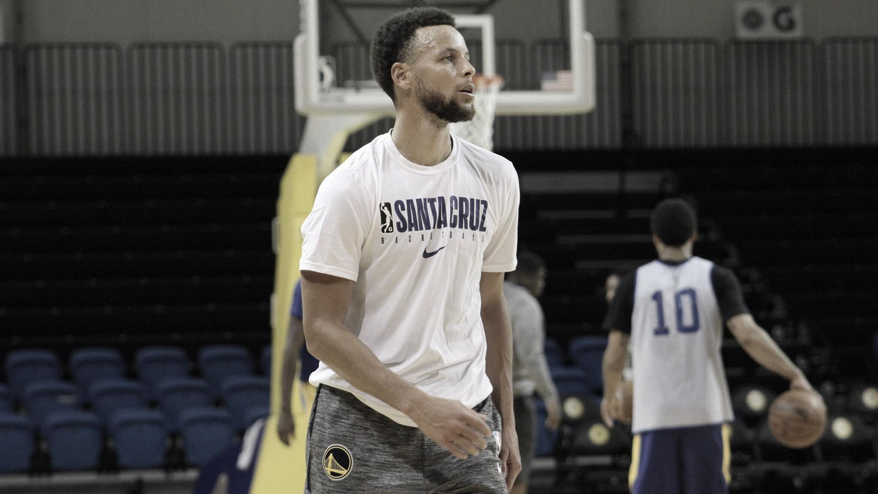 Stephen Curry practices with the Santa Cruz Warriors
