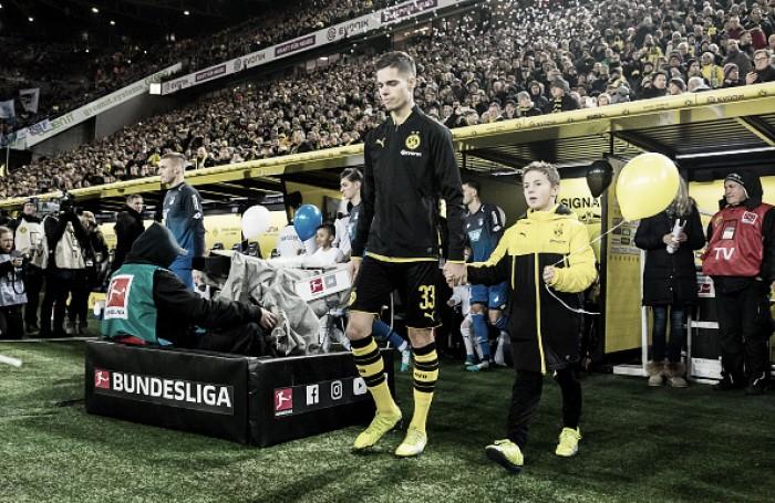 """Volante Weigl elogia Stöger e acredita em classificação diante do Bayern: """"Estamos preparados"""""""