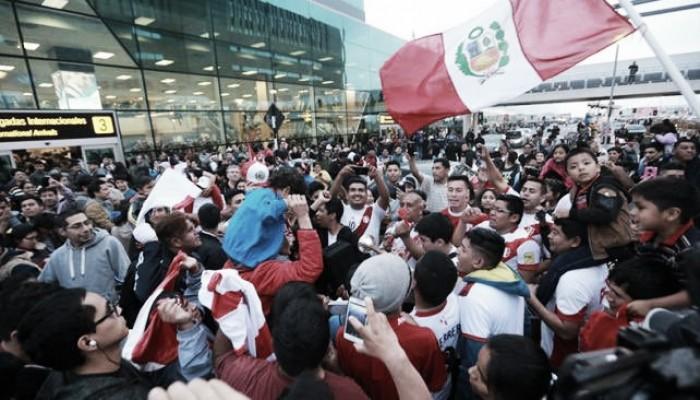 Apoio ao capitão: Guerrero chega ao Peru para reunião e é recebido por multidão de torcedores
