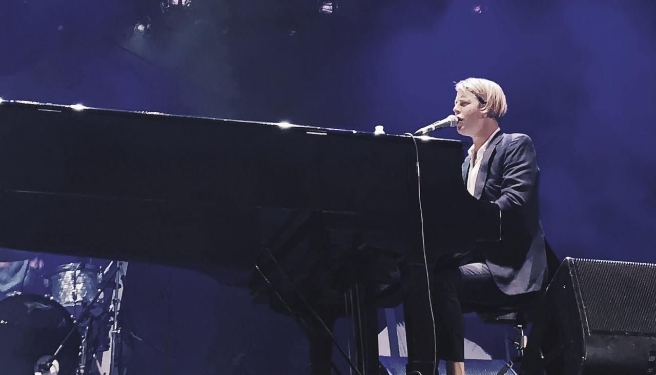 Tom Odell frente a la Porta Nigra de Trier: pasión absoluta al piano