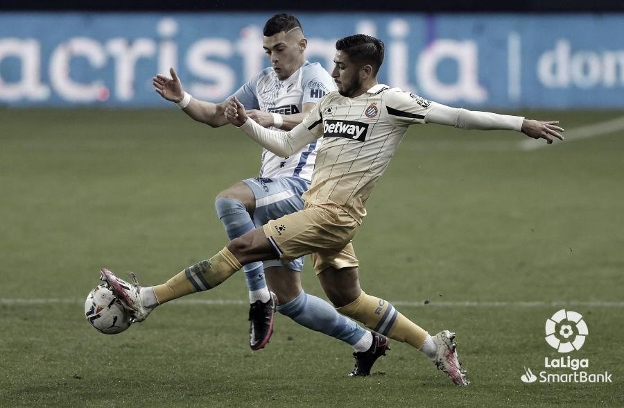 Yanis Rahmani junto a Óscar en una lucha por el balón. / Foto: La Liga
