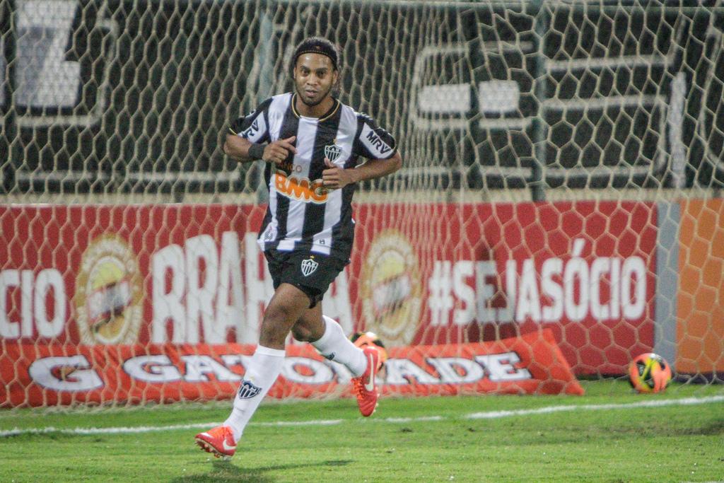 Ronaldinho Gaúcho completa 50 jogos pelo Atlético