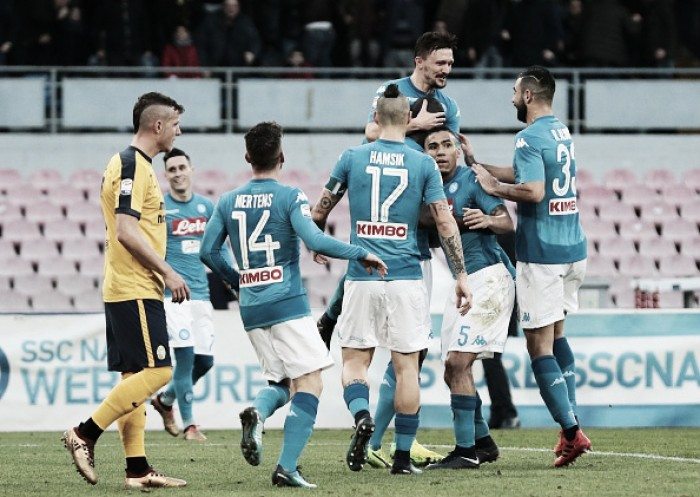 Napoli sofre, mas derrota Hellas Verona e se mantém no topo da Serie A