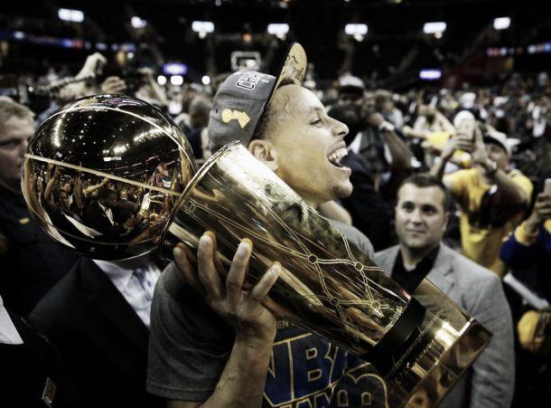 Curry se torna terceiro armador da história a conquistar MVP da temporada e título