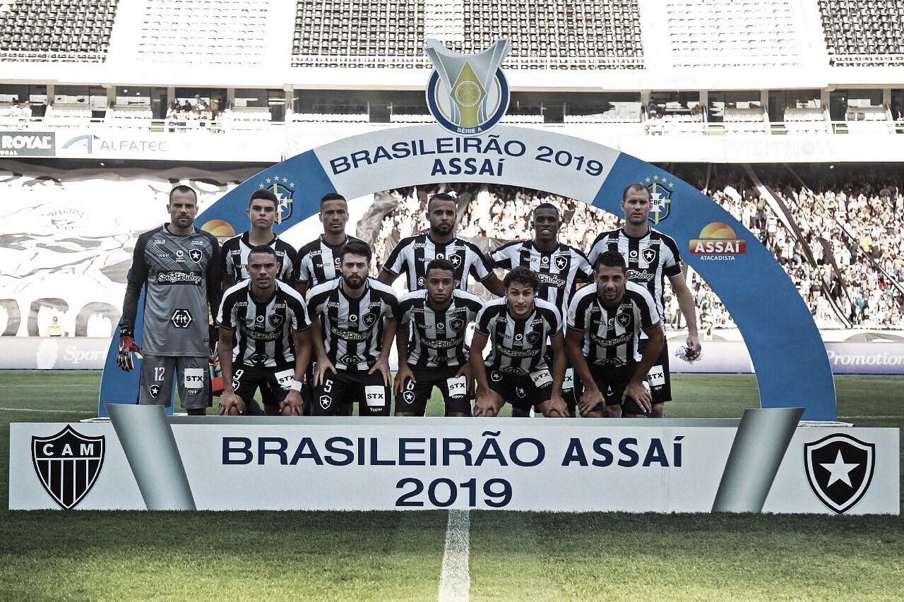 Baixo público e protestos roubam a cena na última vitória do Botafogo