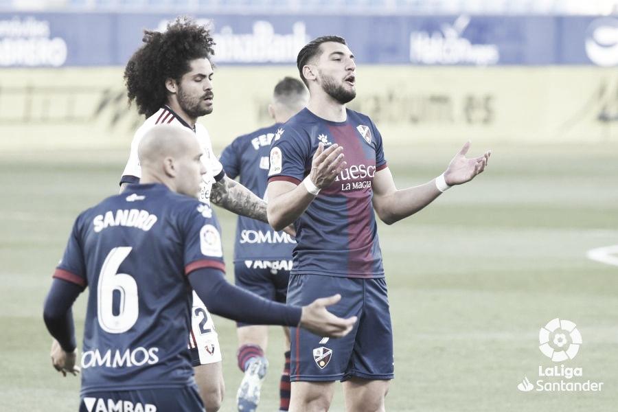 Las tarjetas amarillas amargan la recta final al Huesca