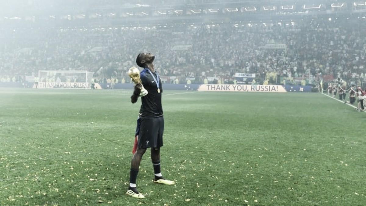 """Campeão mundial com a França, Pogba brinca após conquista: """"Tomei banho com a taça"""""""