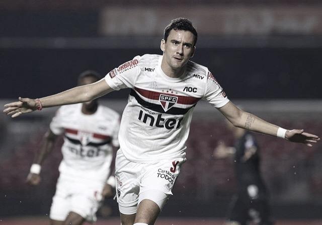 Com dois de Pablo e um a mais no segundo tempo, São Paulo vira sobre o Santos