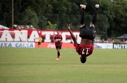 Douglas Coutinho marca, Atlético-PR vence e assume a liderança