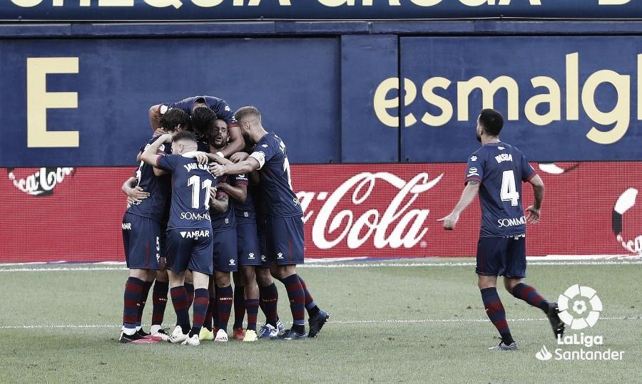 El Huesca abrazándose tras el gol de Maffeo en La Cerámica. Foto: LaLiga.