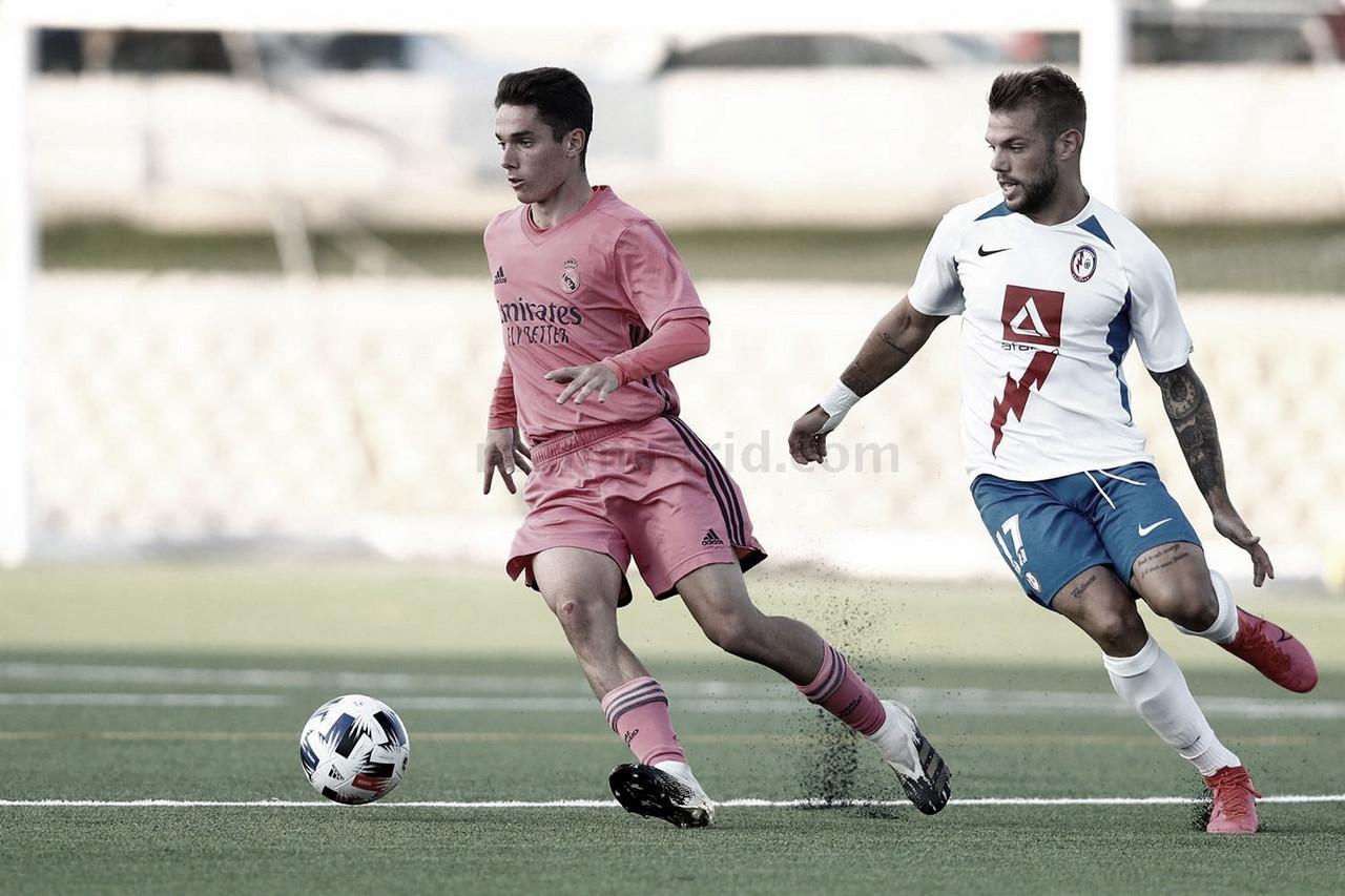 Sergio Arribas controla el esférico durante el encuentro disputado por ambos equipos en la pretemporada 20/21 | Fuente: www.realmadrid.com