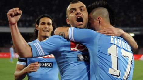 Napoli vence Genoa e abre distância na vice-liderança
