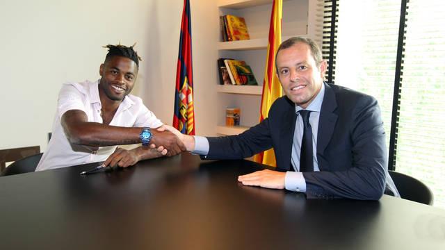 Firma oficial de Song con el Barça