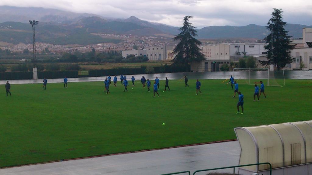 Yebda completa el entrenamiento en la vuelta al trabajo del Granada