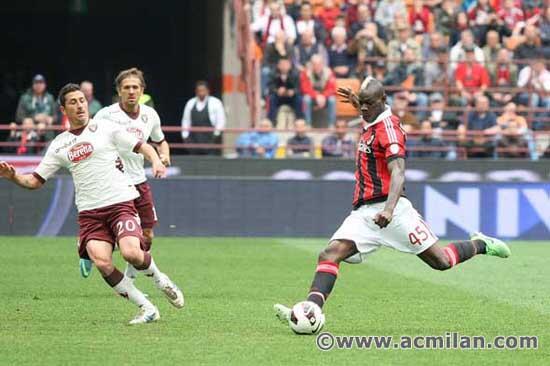 Com gol de Balotelli, Milan vence e abre quatro pontos na briga pela Champions