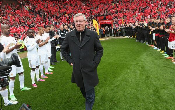 Em dia de despedidas, United vence no Old Trafford