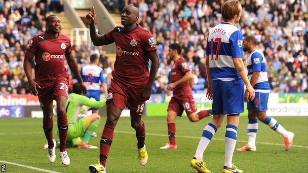 Demba Ba salva un punto en la visita al Reading