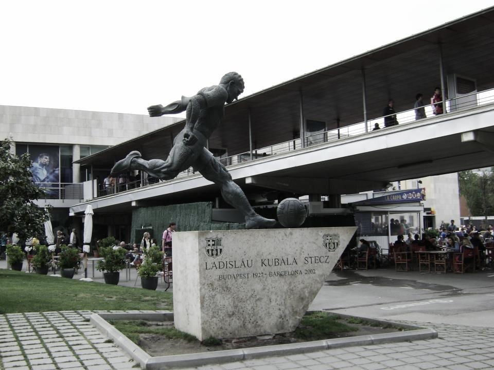 Ofrenda floral ante la estatua de Kubala en el décimo aniversario de su muerte