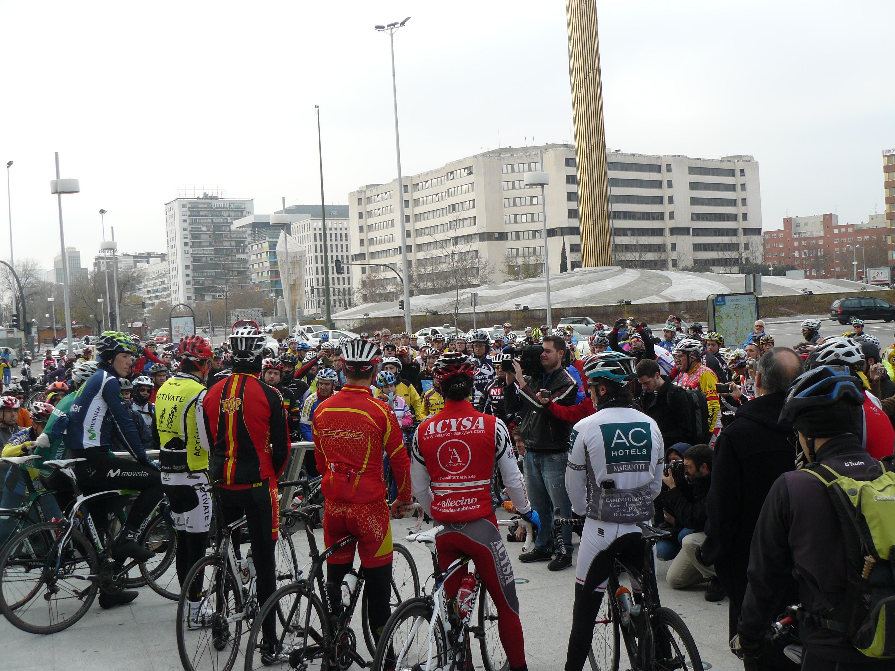 Concentración ciclista en Madrid en memoria de Iñaki Lejarreta