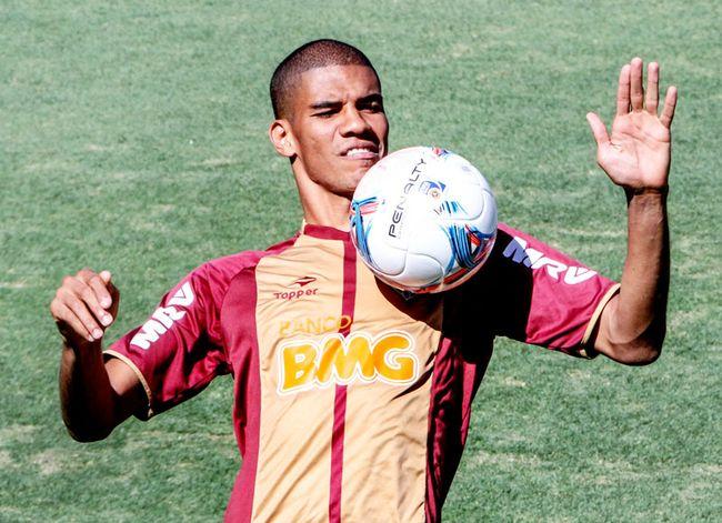 Com fratura na mão, Leonardo Silva é dúvida para o jogo contra o São Paulo