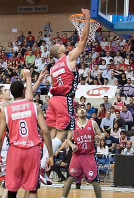 El UCAM Murcia vence (78-60) a Assignia Manresa y se acerca un poco más a la salvación