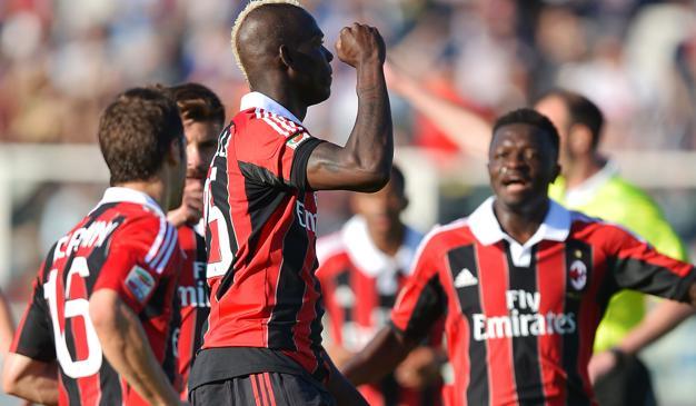 Balotelli marca dois, Milan goleia e fica próximo da vaga na Champions