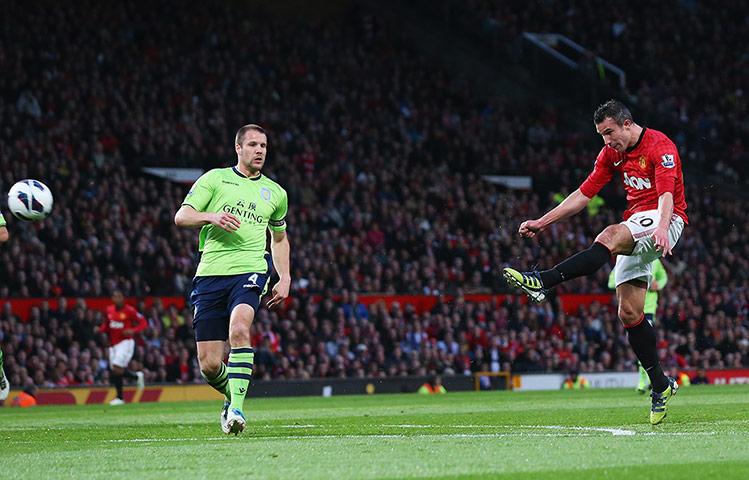 Van Persie marca três vezes, Manchester United vence e sagra-se campeão inglês