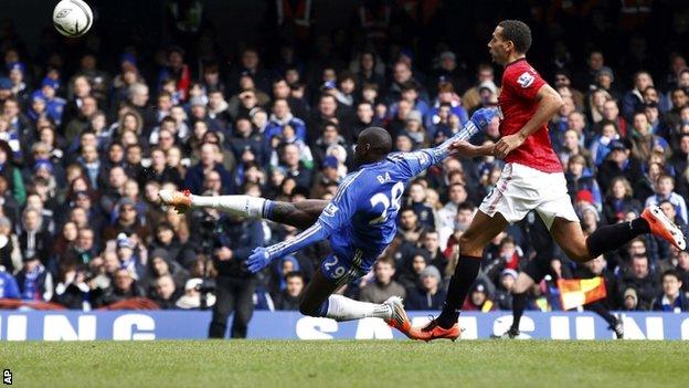 Com golaço de Ba, Chelsea vence o United e avança às semi-finais da FA Cup