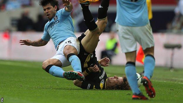 Aguero não será punido por entrada em David Luiz