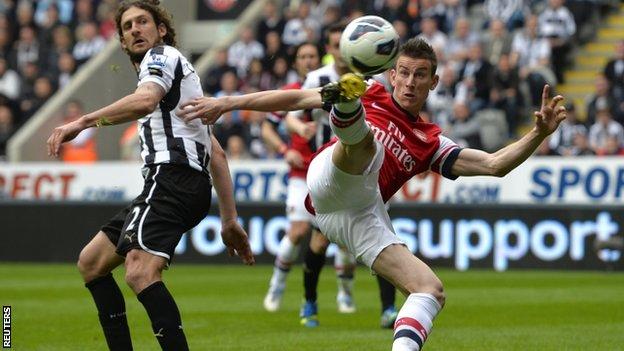 Koscielny marca e confirma Arsenal na próxima Champions