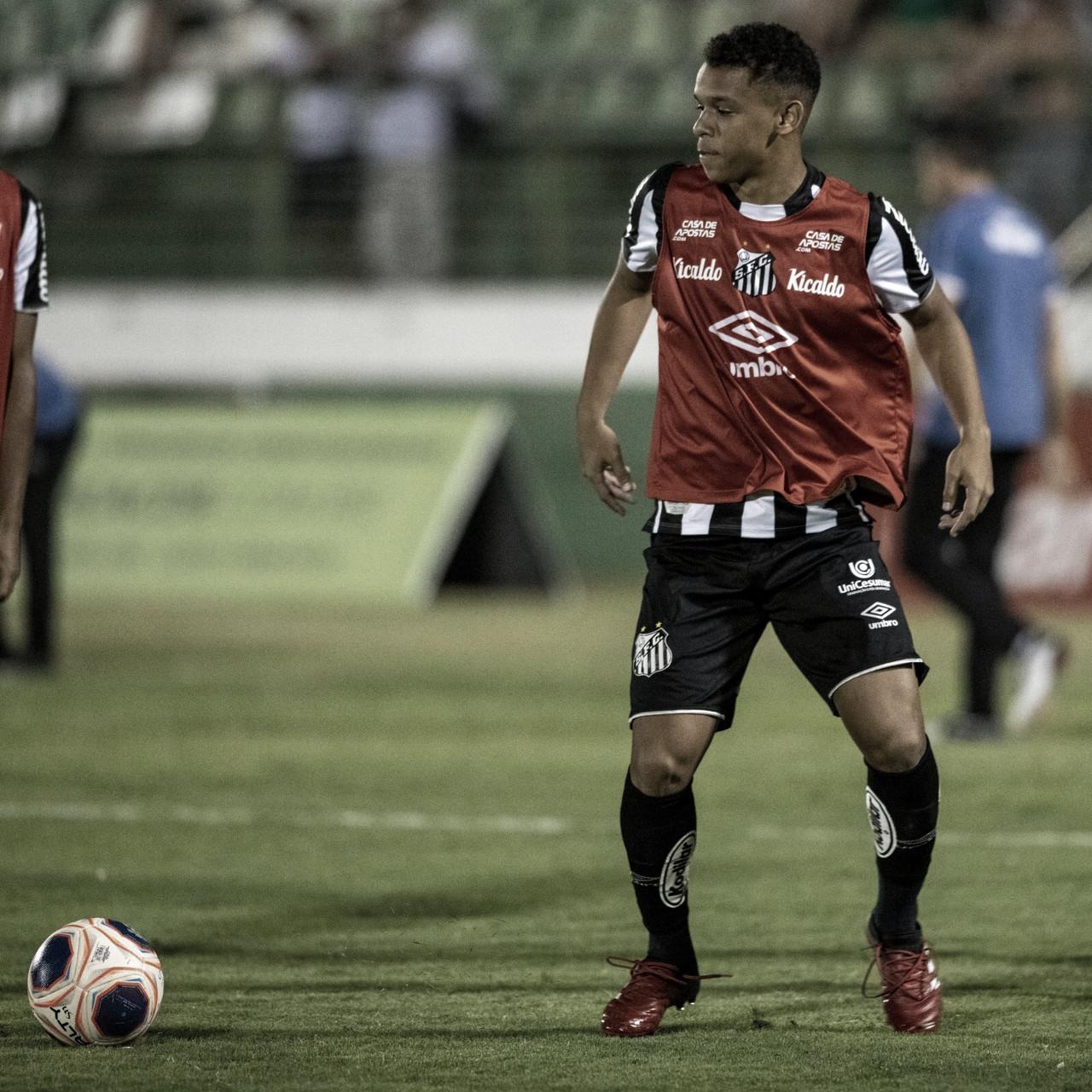 Volante Sandry comemora um ano da estreia profissional pelo Santos