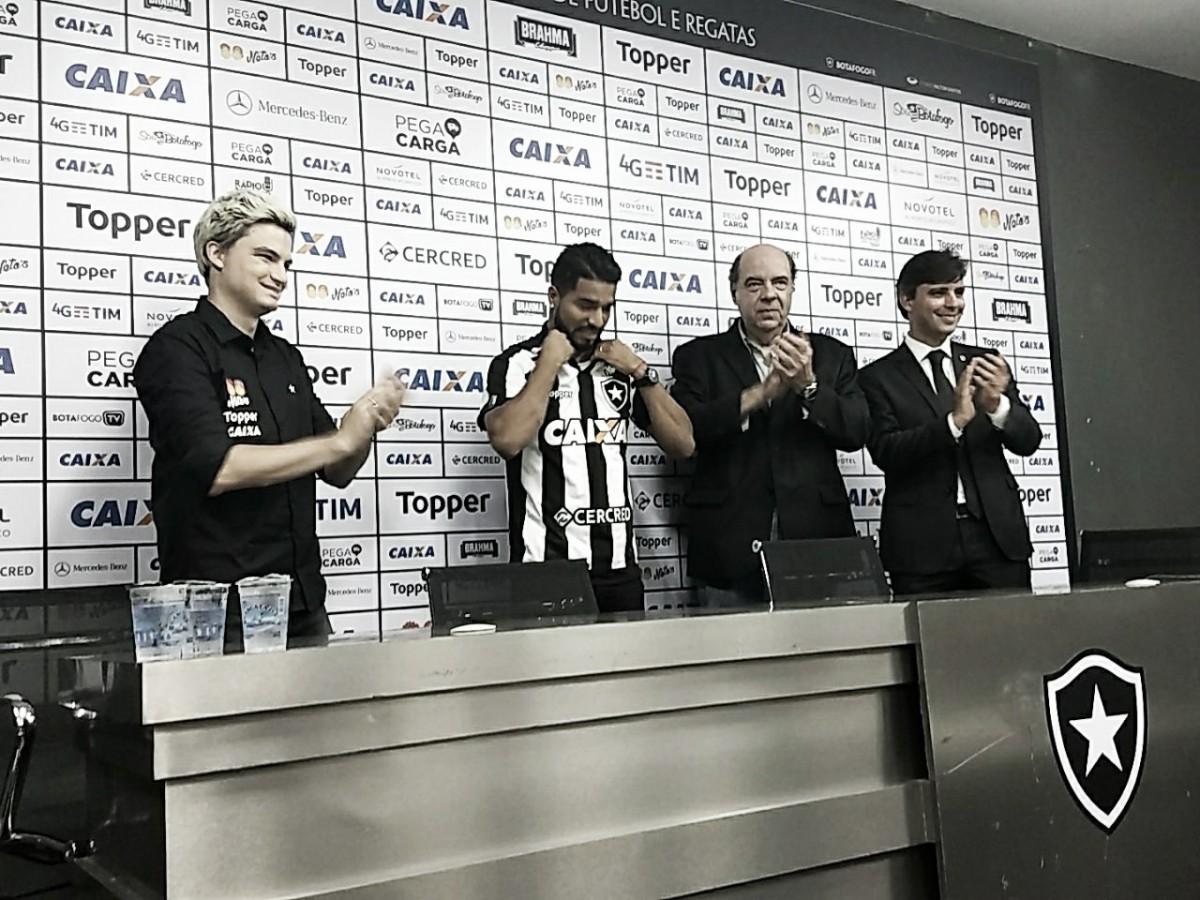 Vice de futebol do Botafogo confirma que clube terá direito de compra de Rodrigo Aguirre