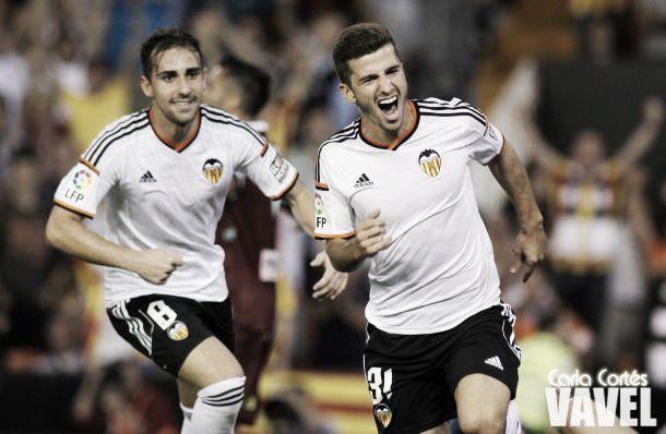 Valencia goleia o Córdoba, embala quatro vitórias consecutivas e assume a liderança da Liga