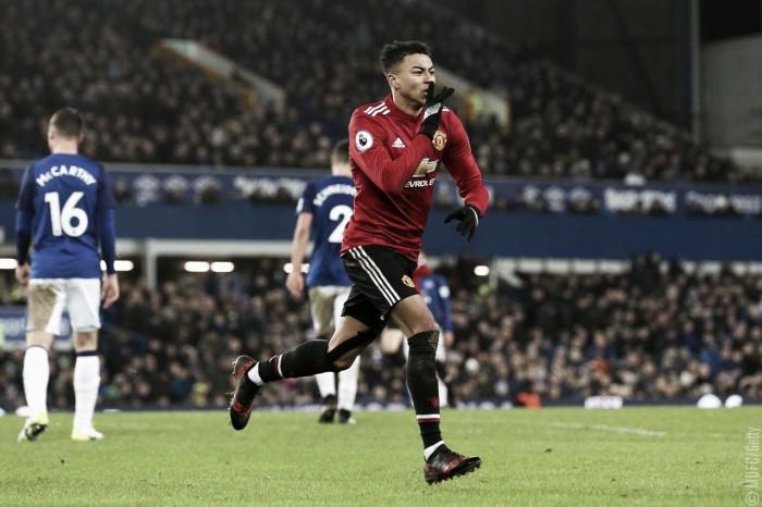 Martial e Lingard marcam, Manchester United vence Everton e reduz a distância para o City