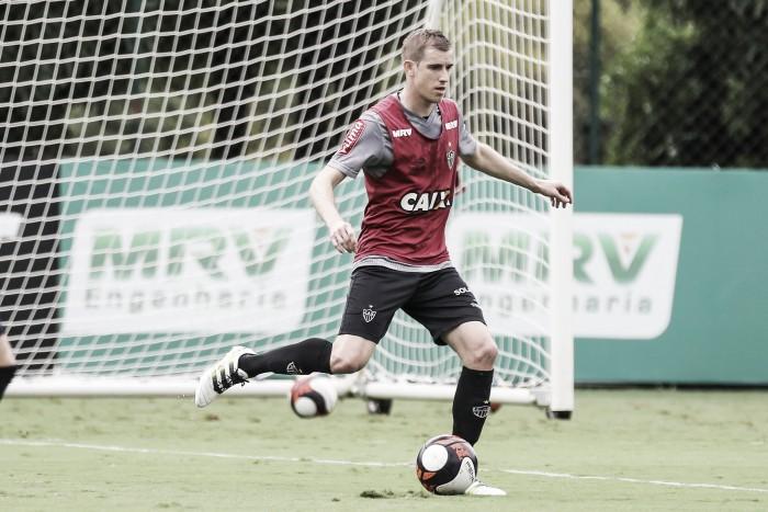 Volante Adilson espera ser 'pé quente' em clássico contra Cruzeiro