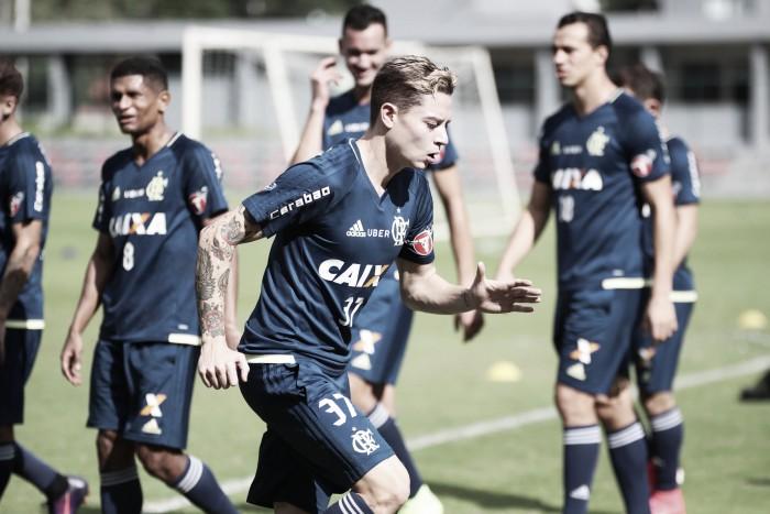 Pouco aproveitado no time principal, meia Adryan acerta rescisão no Flamengo