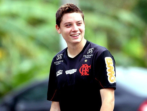 Adryan renova com o Flamengo por mais três anos