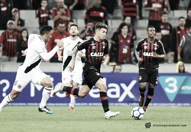 Vasco recebe embalado Atlético-PR buscando se afastar da zona do rebaixamento