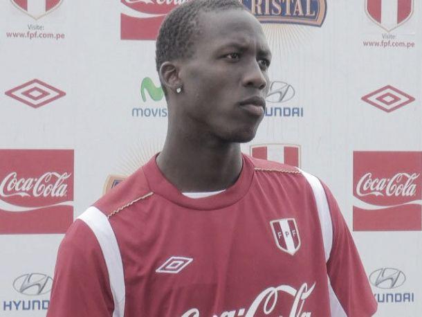 Luis Advíncula, titular con Perú ante Costa Rica